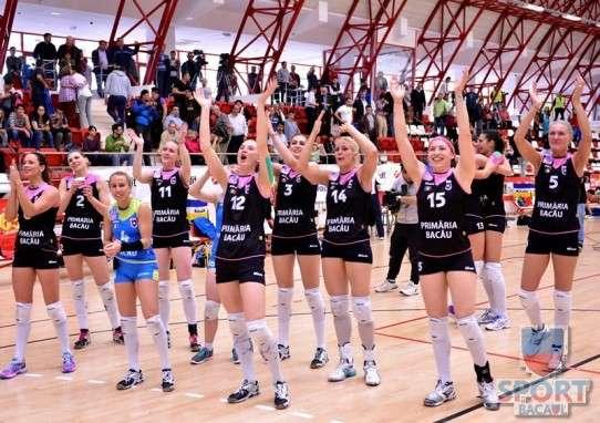 Voleibalistele de la Stiinta Bacau se bucura dupa castigarea titlului de campioana nationala.