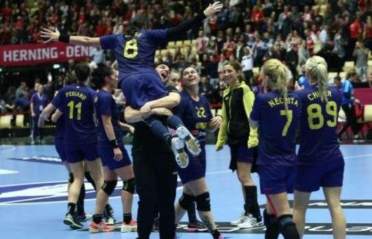 Claudiu Marasteanu si Cristina Neagu la finalul meciului cu Danemarca